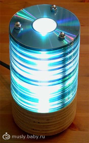 У Вас есть куча ненужных дисков.  Не выбрасывайте их.  Сделайте светильник.  Учимся.