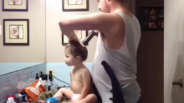 Как папа укладывает дочке волосы.