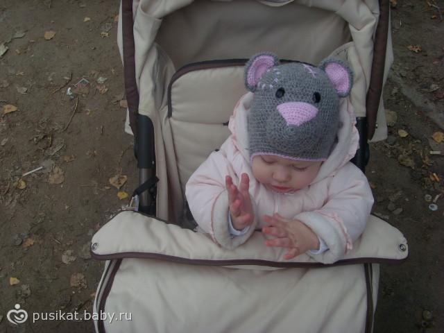 Связала шапочку с любимым мишкой.  Оцените фотографию.