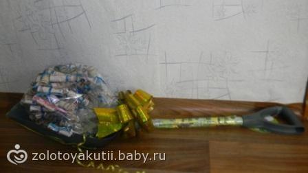 Подарок на свадьбу лопата с деньгами