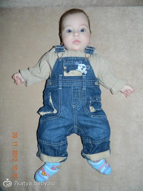 малышка в джинсах