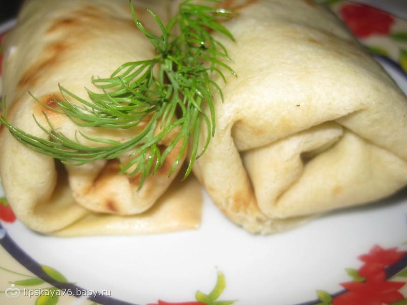 Праздничные блины с семгой и маслинами.
