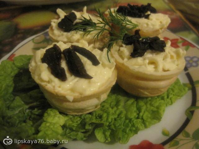 Вафельные корзинки с сыром и черносливом