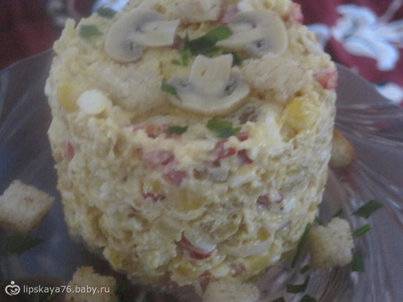 """""""Хрустящий"""" салат с курицей, кукурузой и болгарским перцем"""