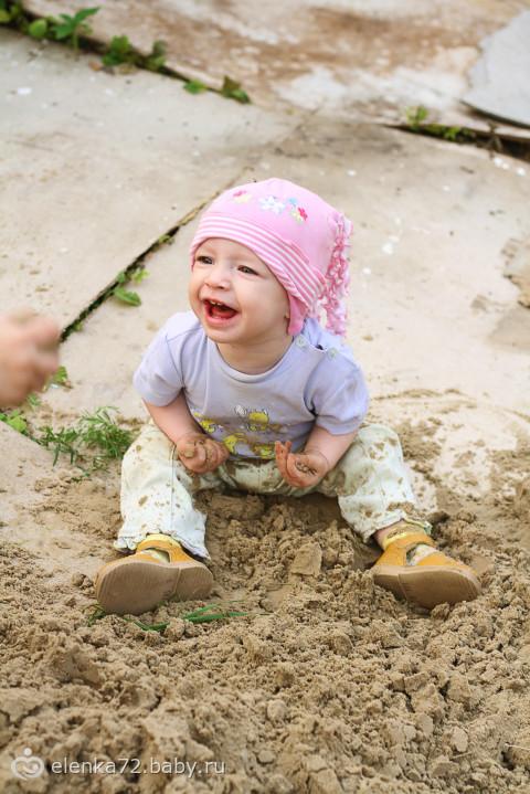 Любимое летнее дело - по уши закопаться в песке)