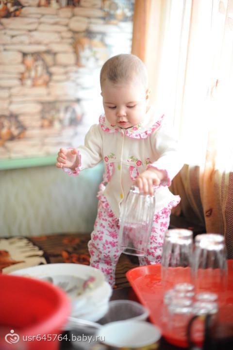 Учусь мыть посуду, с бабушкой на даче=)