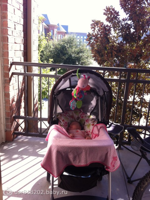 Выгул ребенка на балконе.
