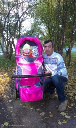 Лиза на прогулке с папочкой